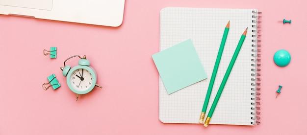 Бизнес-концепция вид сверху серой передней панели ноутбука простой карандаш и наклейка на белой странице зеленого цвета ...