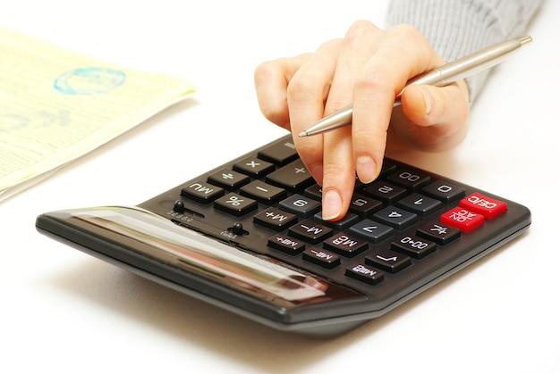 펜과 계산기 화이트 비즈니스 개념