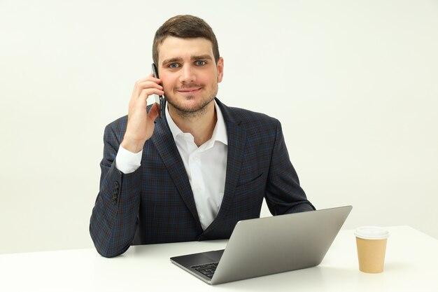 Бизнес-концепция с молодым человеком разговаривает по телефону.