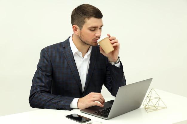 Бизнес-концепция с молодым человеком, работающим на ноутбуке.