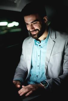 Бизнес-концепция, работающая на ноутбуке, успешный бизнесмен, работающий поздно, занимаясь серфингом в интернете в интернете.