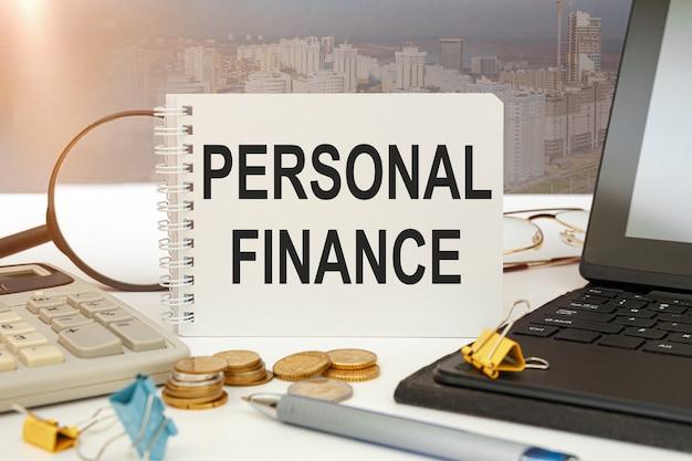 비즈니스 개념-작업 공간 사무실 책상 및 노트북 쓰기 개인 금융