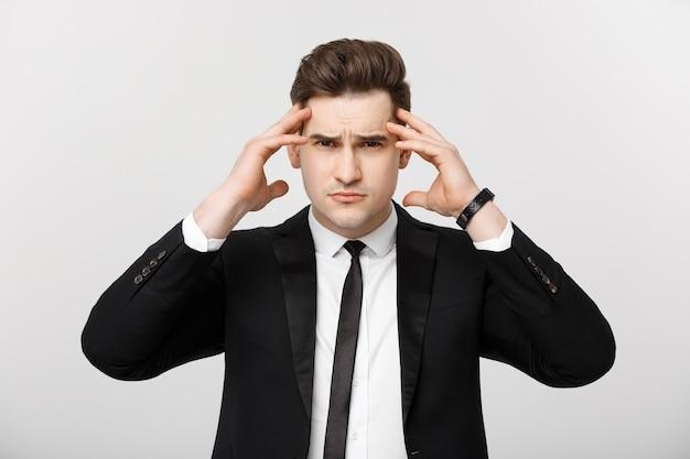 頭痛の表情isolatで頭に手をつないでビジネスコンセプト青年実業家...