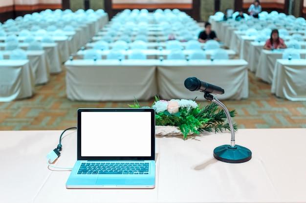 ビジネス会議とプレゼンテーション会議ホールでの観客。