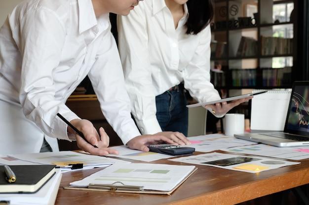 비즈니스는 현대 사무실에서 재무 데이터를 참조하십시오.
