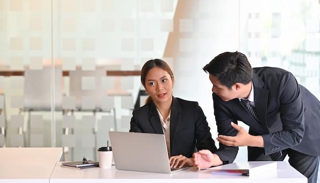 ビジネスは、スタートアッププロジェクトで作業して話している2人に相談します。