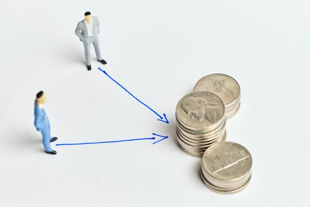 抽象的な文字とお金でビジネス協力と相互利益の概念