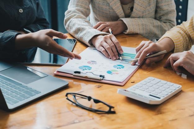 Бизнес корпоративный мозговой штурм, стратегия планирования с обсуждением анализ инвестиционных исследований с диаграммой в офисе.