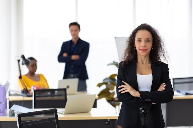 Бизнес-концепция корпоративного лидерства. красивая молодая счастливая улыбающаяся профессиональная латиноамериканская черная женщина в современном домашнем офисе