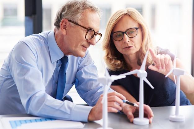 風力エネルギーについて相談するビジネスカップル