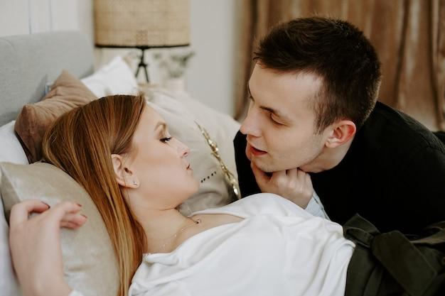 ホテルの部屋のベッドでビジネスカップル