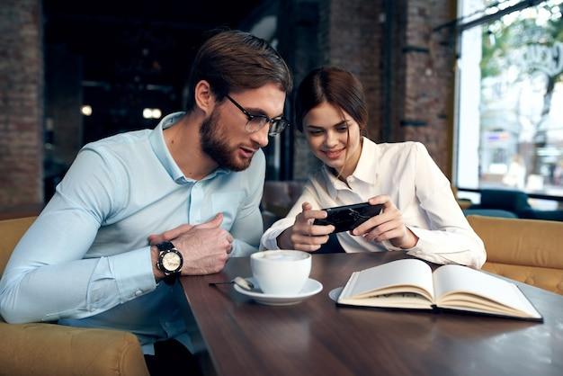 카페 아침 통신 작업에 테이블에 앉아 비즈니스 커플