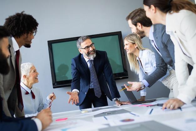 現代のオフィスで新しいアイデアについて話し合い、ブレーンストーミングを行うビジネス同僚