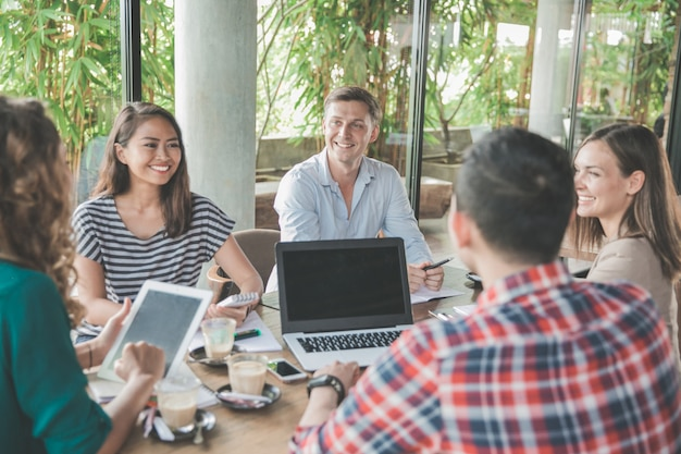 カフェでのビジネスクリエイティブデザイナーブレーンストーミング会議