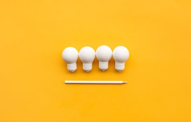 電球と鉛筆によるビジネスの創造性とインスピレーションの概念