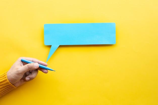 黄色の背景にペンの色を持っている人の手でビジネスの創造性とインスピレーションの概念
