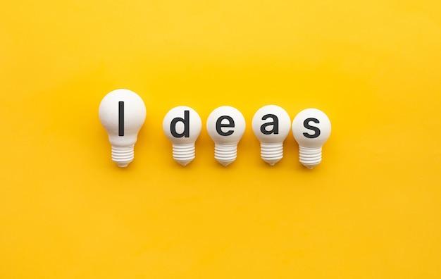 노란색 바탕에 전구와 비즈니스 창의력과 팀 개념
