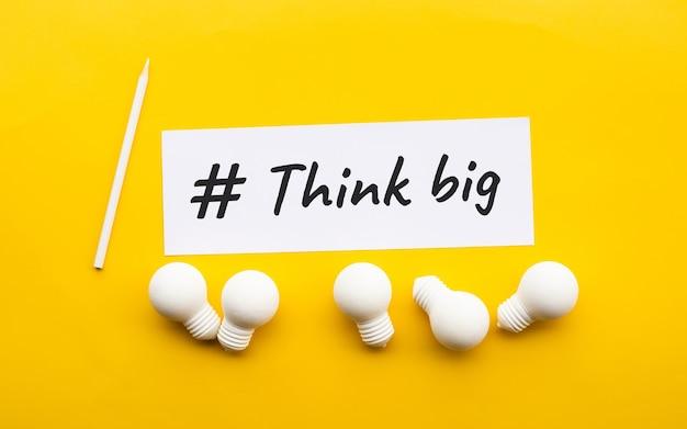 비즈니스 창의력 / 성공을위한 노란색 background.motivation에 전구와 큰 개념을 생각합니다.