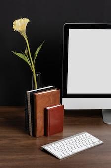 花とビジネスデスクのアレンジメント