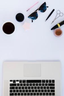Ассортимент бизнес-столов с ноутбуком и кофе