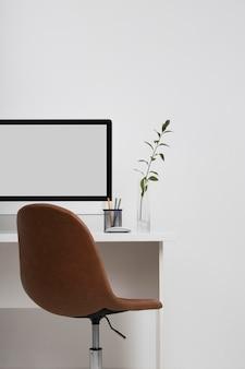 椅子が付いているビジネス机の概念