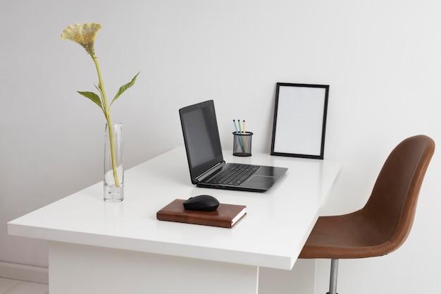 Concetto di scrivania da lavoro con laptop