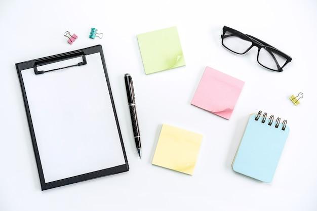 색상 배경에 목표, 계획 및 작업 스티커 메모가있는 비즈니스 데스크 사무실