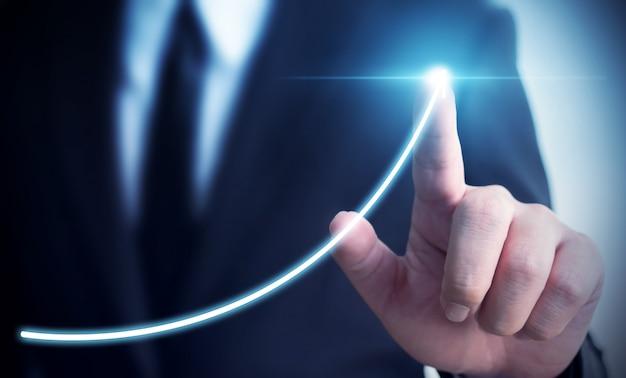 Развитие бизнеса к успеху и концепция роста годового дохода, бизнесмен, указывающий стрелку граф корпоративный план будущего роста