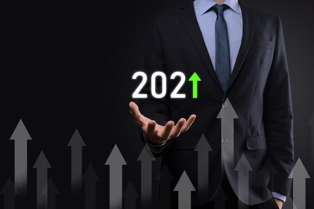 2021년 개념의 성공 및 성장을 위한 비즈니스 개발. 2021년 개념의 비즈니스 성장 그래프를 계획합니다. 사업가 계획 및 그의 비즈니스에서 긍정적인 지표의 증가.