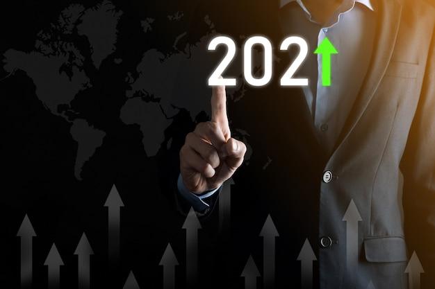2021년 개념의 성공 및 성장을 위한 비즈니스 개발입니다. 2021년 개념의 비즈니스 성장 그래프를 계획합니다. 사업가는 비즈니스에서 긍정적인 지표를 계획하고 증가합니다.
