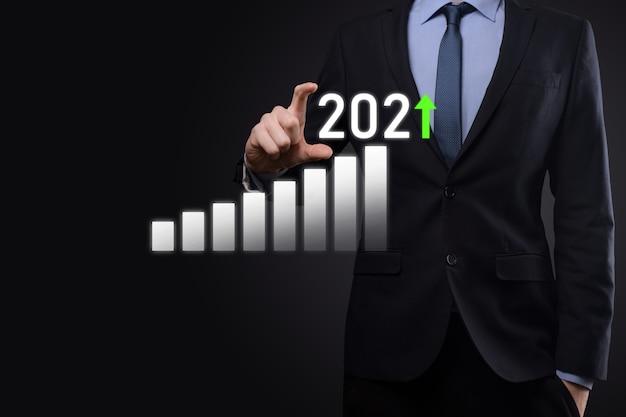 성공에 대한 비즈니스 개발 및 성장 성장 2021 개념 2021 년 개념에서 비즈니스 성장 그래프 계획 사업가 계획 및 그의 비즈니스에서 긍정적 인 지표의 증가.