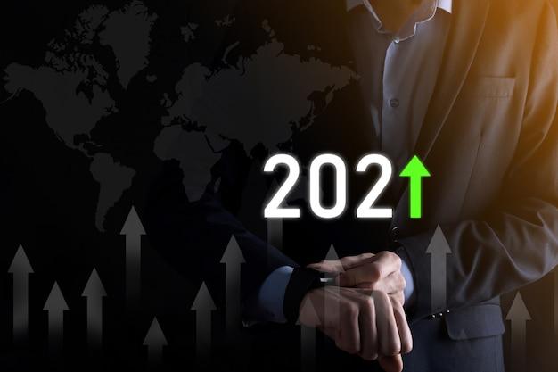 성공에 대한 비즈니스 개발 및 성장 성장 2021 년 개념 2021 년 개념에서 비즈니스 성장 그래프 계획 사업가 계획 및 그의 비즈니스에서 긍정적 인 지표의 증가.
