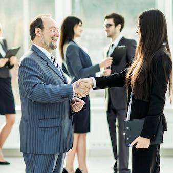ビジネスディスカッション、チームはオフィスの職場での販売について話し合います