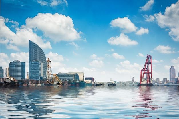 Paesaggio urbano del distretto di affari da un parco con cielo blu