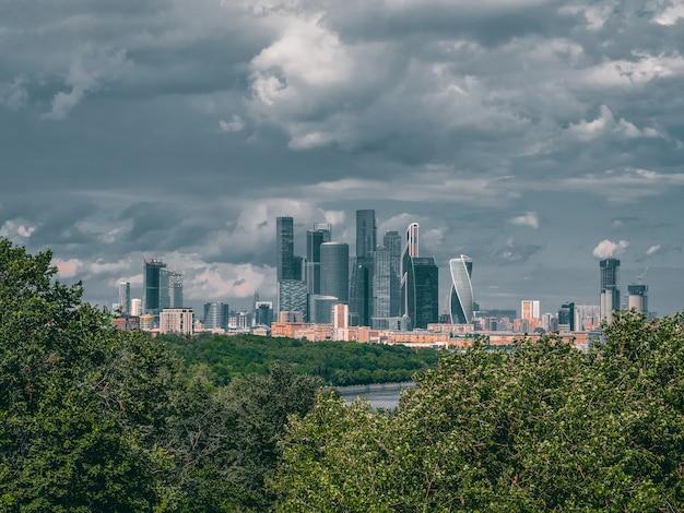 市内のビジネス地区。素敵な劇的な日にモスクワ国際ビジネスセンター。