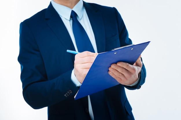 비즈니스 문서. 기쁘게 좋은 전문 사업가의 손에있는 비즈니스 문서 닫습니다