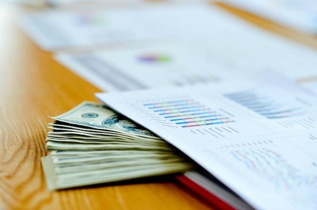 업무용 책상에있는 비즈니스 문서, 재무 그래프 및 그래프. 여러 d로 차단