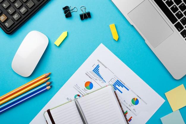 机の上のビジネスドキュメント意思決定のビジネスコンセプト。コンピューターで朝の仕事のオフィスデスクの開始
