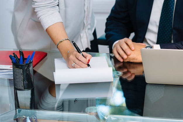 Деловые документы на офисном столе с ноутбуком