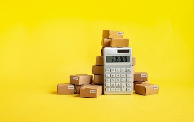 계산기 및 제품 상자가 있는 비즈니스 전자 상거래 또는 내보내기 및 가져오기 개념