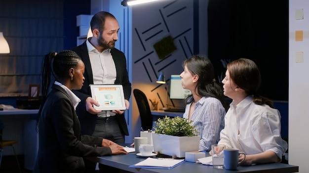 재무 프레젠테이션을 위해 태블릿을 사용하여 회사 통계를 제시하는 비즈니스 기업가 남자