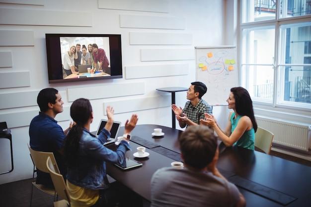 ビデオ会議中に拍手ビジネス・エグゼクティブ