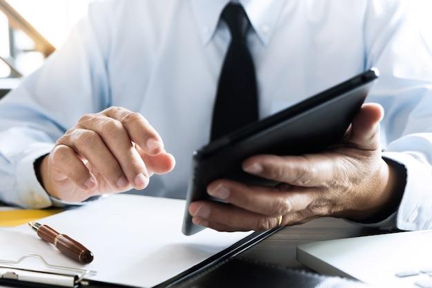 데이터 보고서 투자를 위해 태블릿을 사용하는 비즈니스 임원 감사