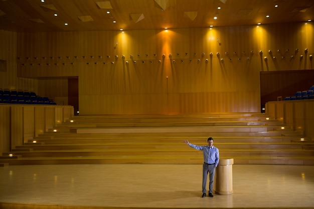 会議センターでスピーチをする経営者