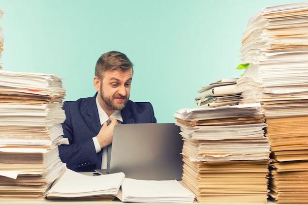 経営幹部はオフィスでビデオ会議を開催し、書類の山を作り、不十分な仕事について報告します-