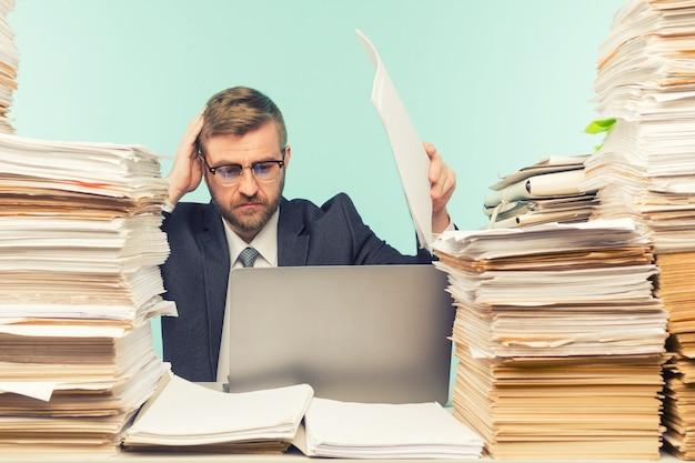Деловой руководитель проводит видеоконференцию в офисе и куча документов