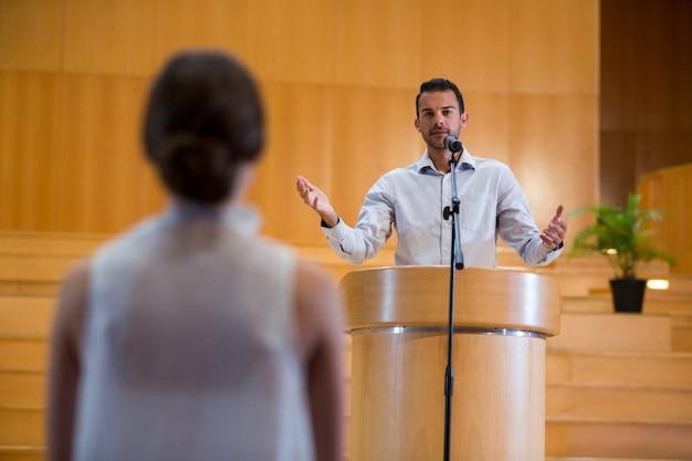 会議センターで聴衆と対話する経営幹部
