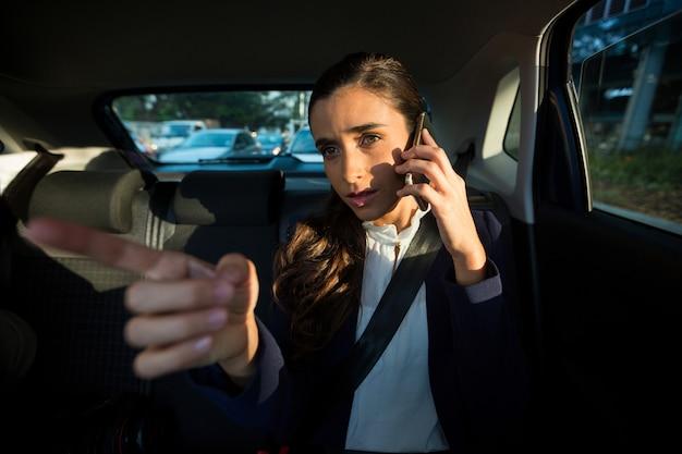 자동차에서 휴대 전화에 대 한 얘기는 경영 이사