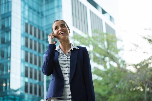 携帯電話で話しているビジネスエグゼクティブ Premium写真