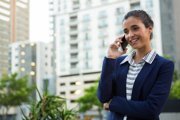 携帯電話で話しているビジネスエグゼクティブ
